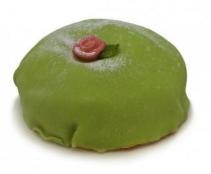 Grønn marsipankake med en rød rose som pynt
