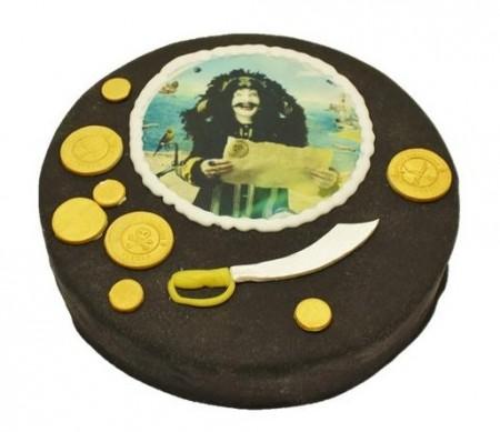 Sjokoladekake med bilde av Kaptein Sabeltann og pyntet med gullmynter og sverd