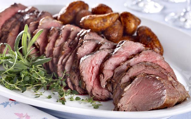Bilde av et hvitt fat med oppskåret roastbiff og poteter